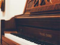从幼年学习钢琴的孩子,入学后,在理解能力,接受能力,想象力和创造性思维的方面都要显著高于一般的孩子